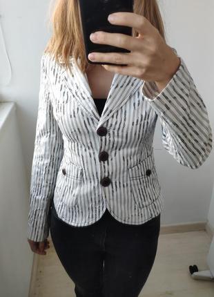 Белый приталенный пиджак