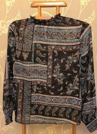 Очень красивая и стильная брендовая блузка в узорах.