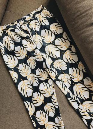 Яркие фирменные брюки