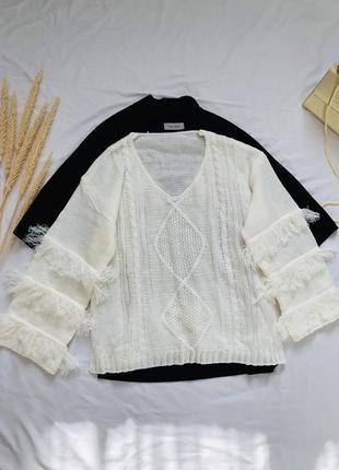 Вязаный нежный свитер с бахромой