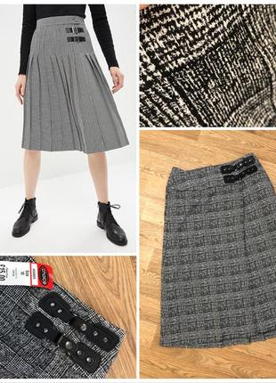 Стильная юбка в клетку с кожаными ремешками