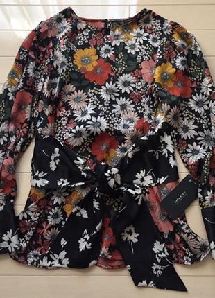 Сатиновая блуза блузка  с контрастным пояском в цветочный принт
