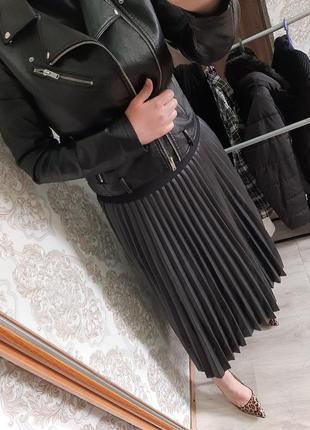Стильная модная черная юбка плиссе из экокожи