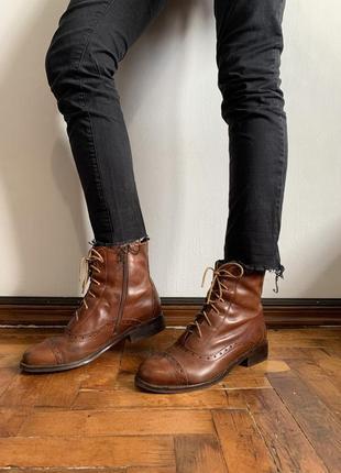Кожаные рыжие ботинки на шнуровке clarks