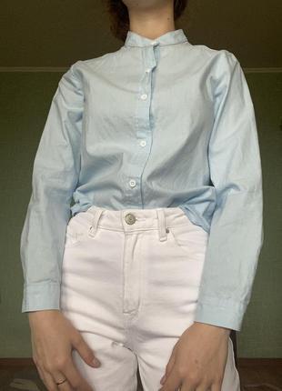 Голубая рубашка без ворота