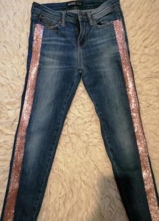 Крутые джинсы скини с блестящей полоской