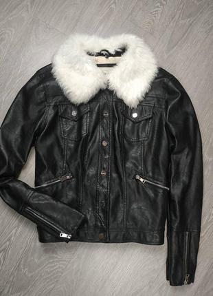 Красивая куртка из кожзама с меховым воротником, отстёгивается