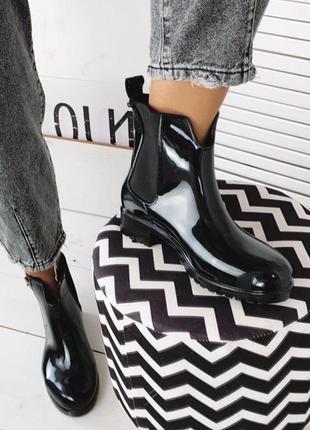 Стильные черные резиновые непромокаемые ботиночки деми