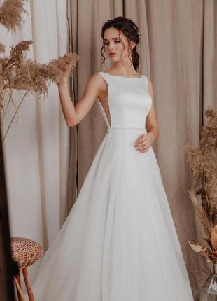Чудова весільна сукня а-силует, в стилі бохо, зі шлейфом з позитивною енергетикою