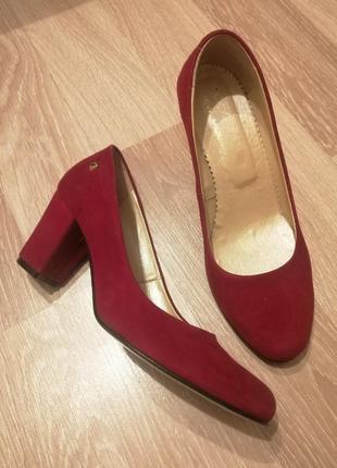 Роскошные натуральные замшевые туфли цвета марсала на толстом каблуке