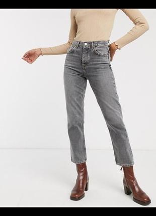 Серые джинсы прямого кроя на завышенной посадке
