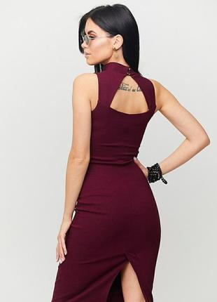 Обтягивающие платье-футляр без рукавов с вырезом