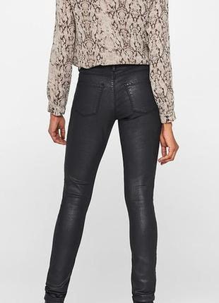 Моделирующие джинсы с напылением под матовую кожу