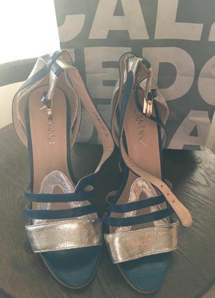 Босоножки на толстом высоком каблуке синие с серебрянным