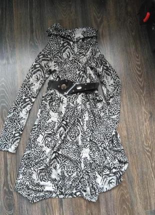 Красивое трикотажное платье с горловиной и поясом.