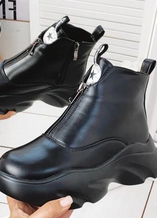 Зимние черные  ботинки из эко-кожи с густым утеплителем, спереди замок не расстегивается