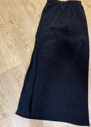 Чёрная длинная юбка на резинке и с боку разрез