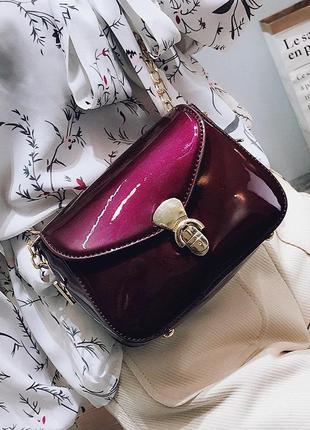 Женская маленькая сумка на цепочке