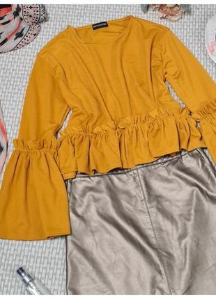 Короткая блуза горчичная с рюшами prettylittlething/блуза короткая с воланами