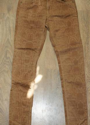 Красивые джинсы скинни в змеиный принт