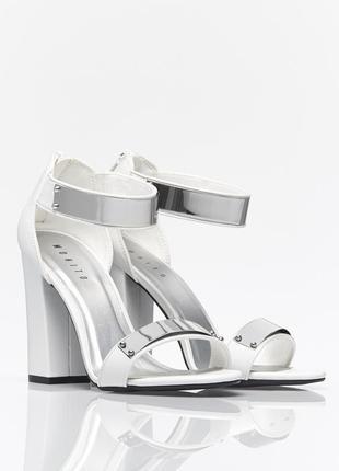 Босоножки на каблуке с металлическим декором