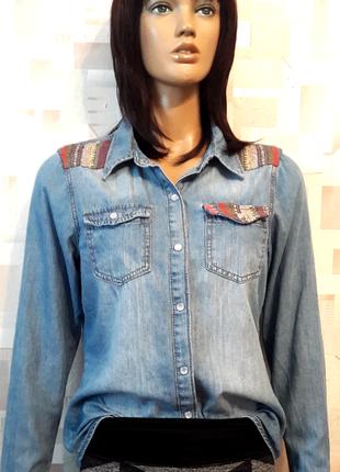 Крутая джинсовая рубашка на кнопках с элементами вышивки от george