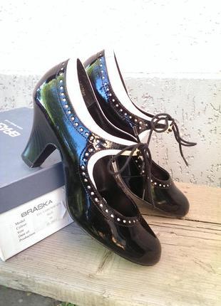 Лакові туфлі next