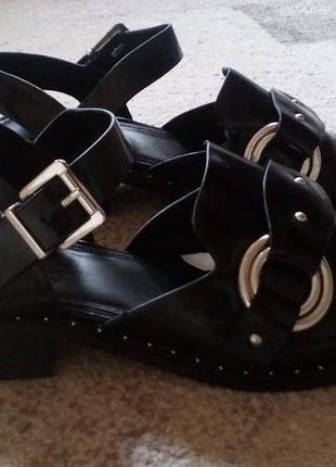 Крутые босоножки-туфли