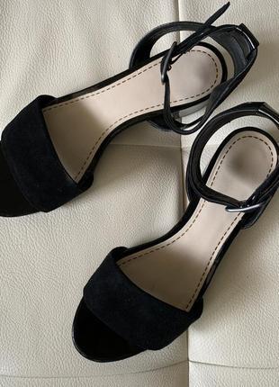 Чёрные босоножки на низком каблуке