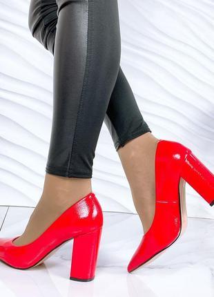 Красные туфли лаковые на каблуке