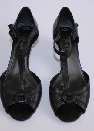 Кожаные черные босоножки на небольшом низком каблучке от clarks размер 39.
