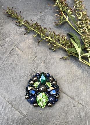 Брошь «изумрудная поляна» натуральные камни содалит, гематит, стеклянный страз, бисер