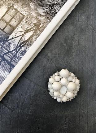 Брошь ручной работы «снежные ягоды» натуральные камни белый агат, перламутр, бисер