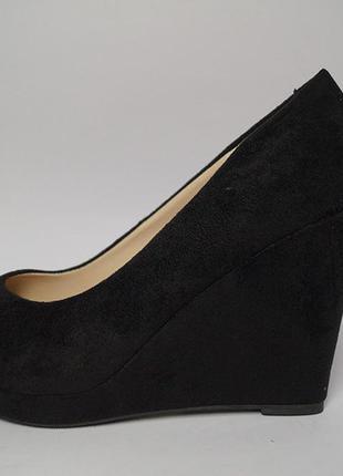 Замшевые черные туфли босоножки на танкетке платформе