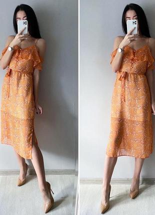 Красивое платье миди из летящей ткани с открытыми плечами и романтичными оборками