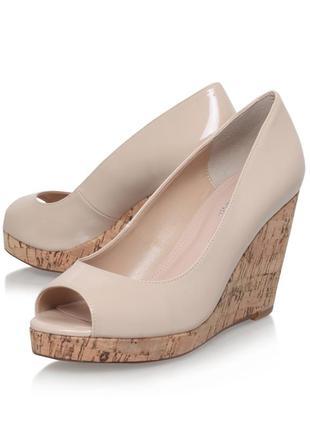Роскошные пудровые лаковые туфли с открытым носком carvela kurt geiger