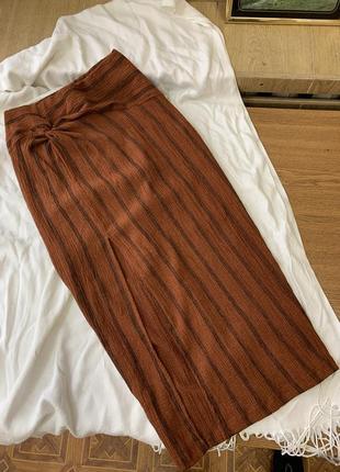 Трендовая миди юбка высоким разрезом на бедре