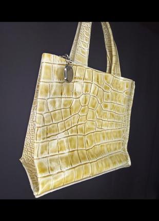 Бежевая желтая светлая сумка крокодиловая крокодил змея лаковая маленткая квадратная