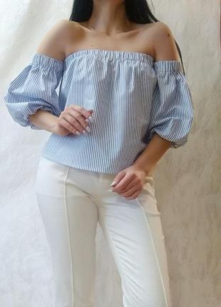 Блуза біла в блакитну смужку з відкритими плечима від bershka
