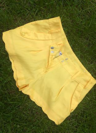 Лёгкие желтые шорты