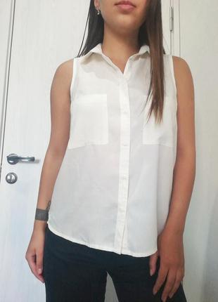 Белая блузка без рукавов bershka