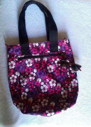Новая яркая вместительная спортивная сумка reebok