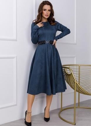 Замшевое приталенное платье классического кроя