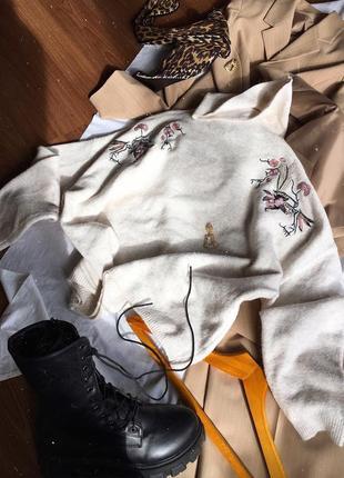 Молочний светр з вишивкою zebra