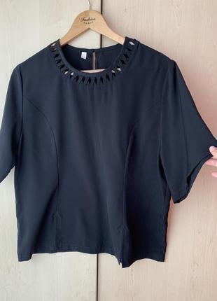 Чёрная блуза с коротким рукавом и разрезами