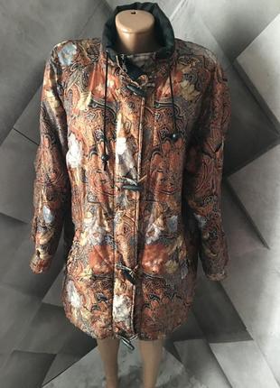 Куртка в модный принт