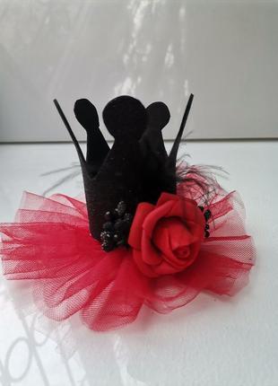 Чёрная корона с красной розой на хелоуин