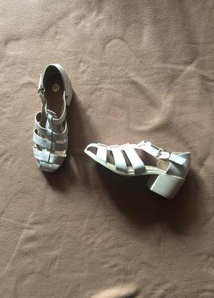 Белые босоножки с закрытым носком на каблуке от river island 38 р.