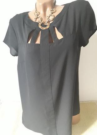 Черная базовая блуза с красиво оформленой грудью