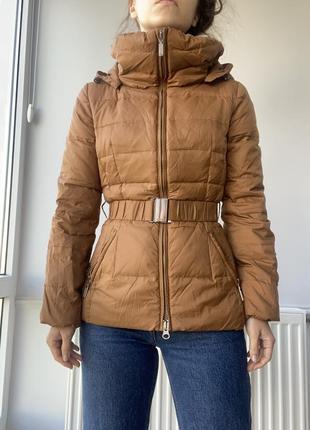 Benetone зимняя куртка пуховик горчичного цвета с поясом